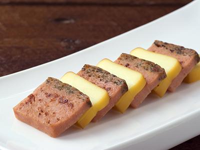 ふんわりソーセージケーキとスモークチーズ