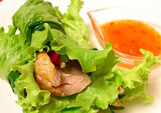 美味しくヘルシー!クリスマスチキンのベトナム風野菜巻き