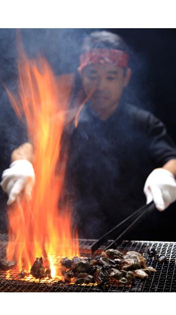 鶏炭火焼を焼いている様子