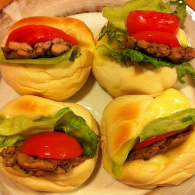 チーズと相性バツグン!!鶏せせり香草焼のCLTサンドイッチ