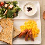 朝食ワンプレート(ナッツチキンバーサラダとマイルドウィンナー)