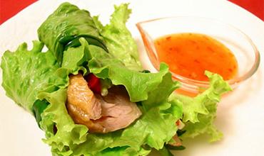 クリスマスチキンのベトナム風野菜巻き